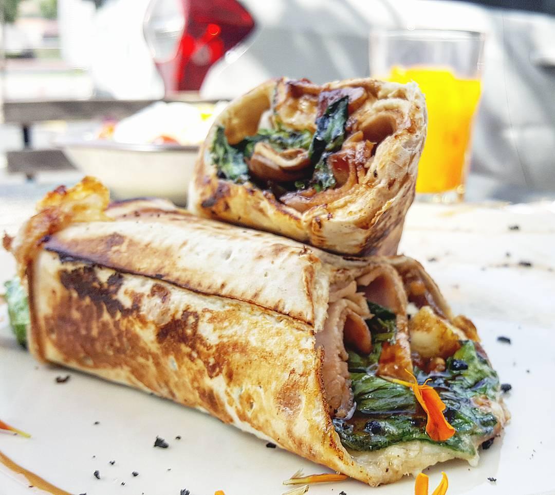 Enrollado de espinacas, tomates semisecos, higos y queso brie.