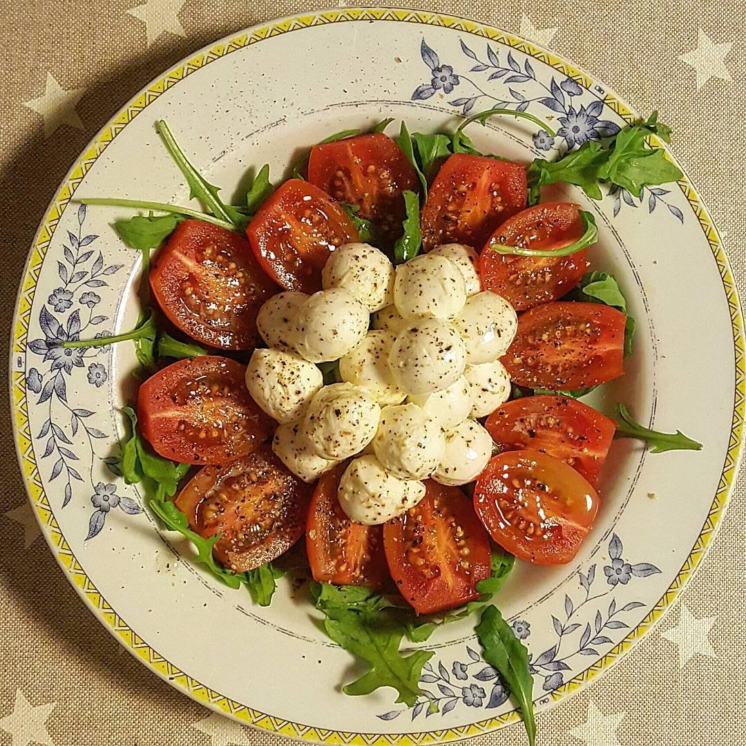 Ensalada de mozarella con cherrys y rúcula.