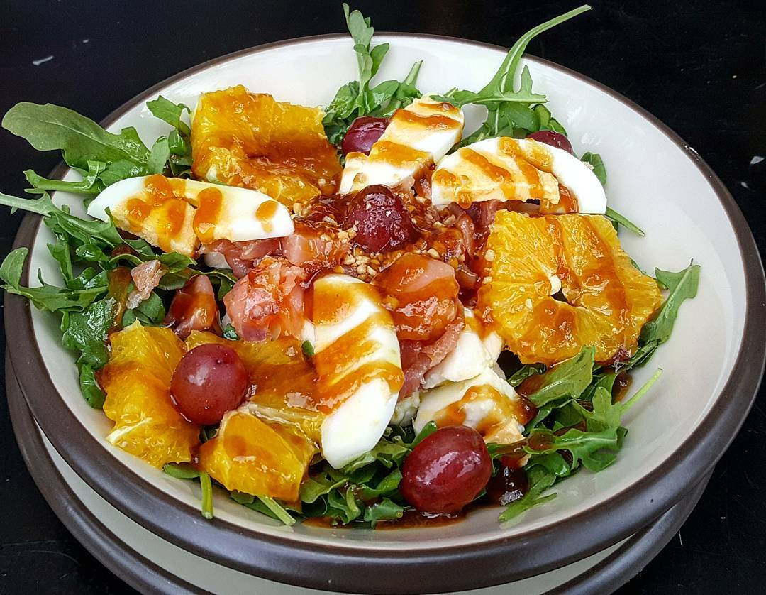 Ensalada de salmón con uvas, naranja, huevo, rúcula y teriyaki. Ensaladas a tu gusto en Sua San.