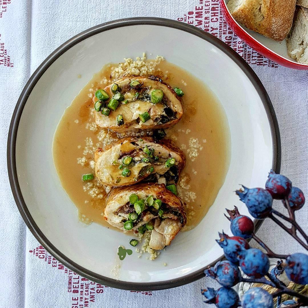 Pollo relleno de espinacas, paletilla ibérica y mozarella con refrito de trigueros, sobre cus cus con caldo de verduras.