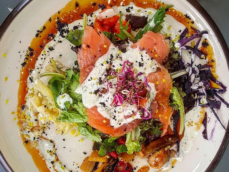 Ensalada templada de salmón, quinoa, aguacate, verduras y aliño de yogurth y albahaca.