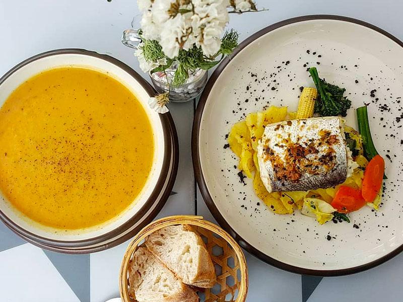 Crema de verduras y merluza rellena de pesto de espinacas con verduras y patatas panadera.