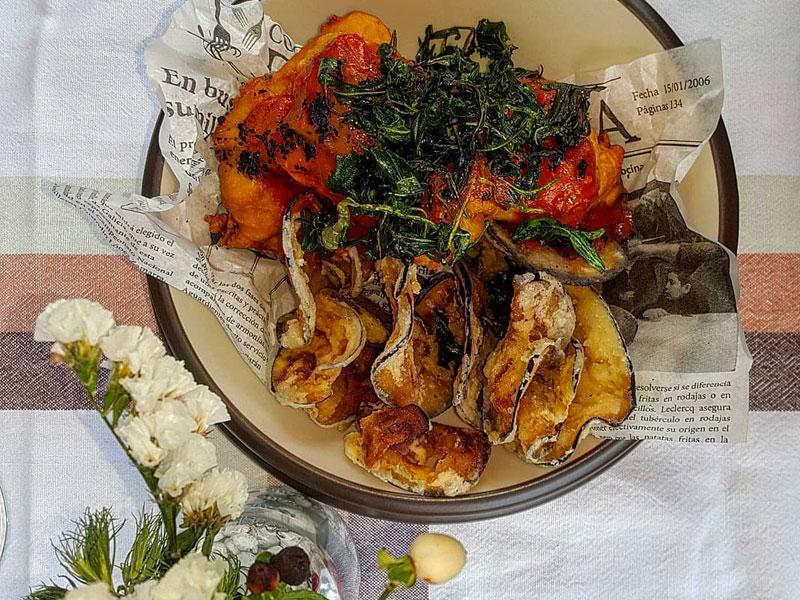 Fish & chips de berenjena y merluza con mermelada de tomate y rúcula frita.