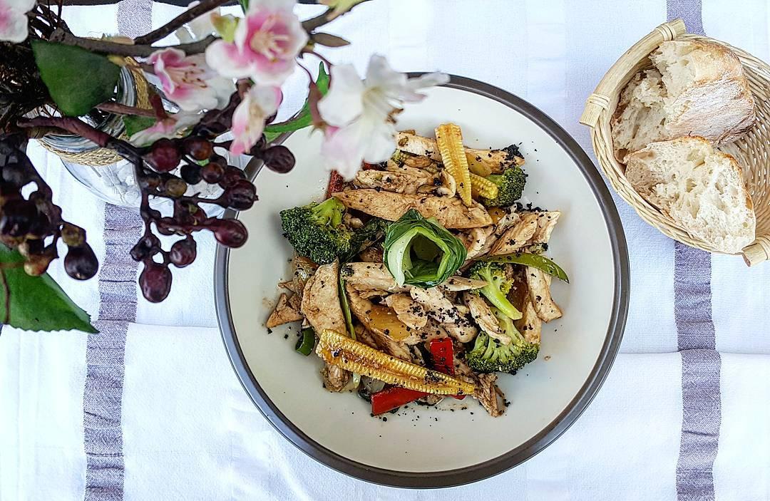 Wok de pollo con brócoli, verduras asiáticas y reducción de soja y naranja.