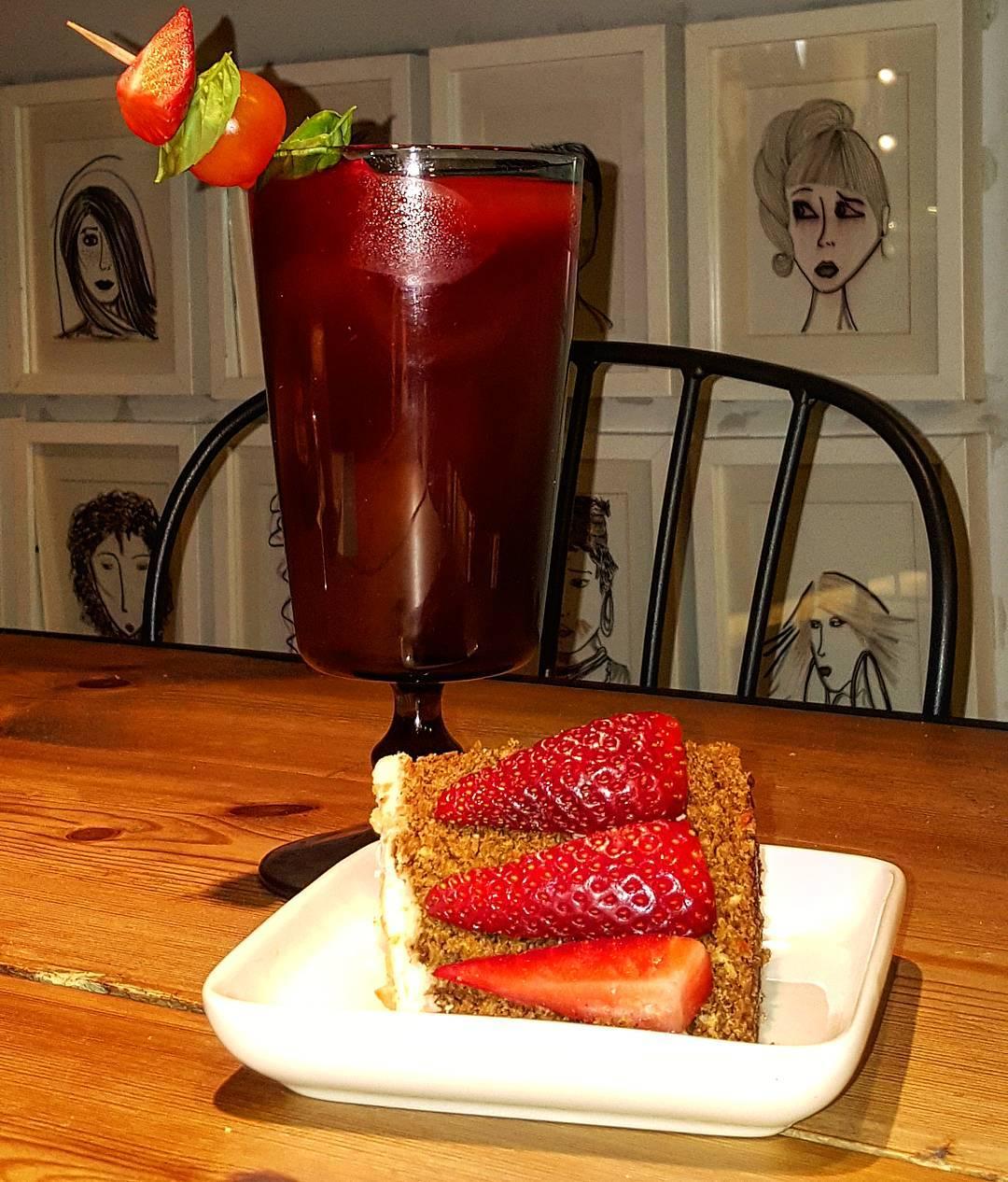 Zumo de fresa y tomate con carrot cake. Nuestro Bloody Mary particular (con o sin alcohol).